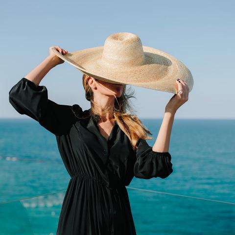 Rossella-nappi-nero-cappello-di-paglia-donna-montegallo